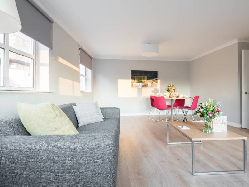 The sitting room in PREMIER SUITS Reading serviced apartments