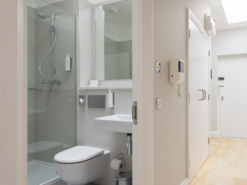 Bright spacious bathroom in PREMIER SUITES Reading serviced apartments