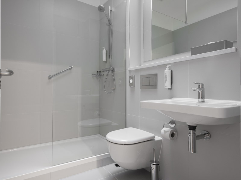 The toilet and shower in PREMIER SUITES Reading modern serviced apartments