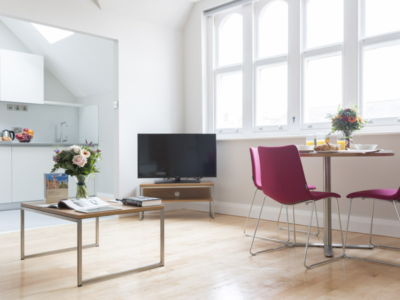 The living area with TV facilities in PREMIER SUITES Reading modern serviced apartments