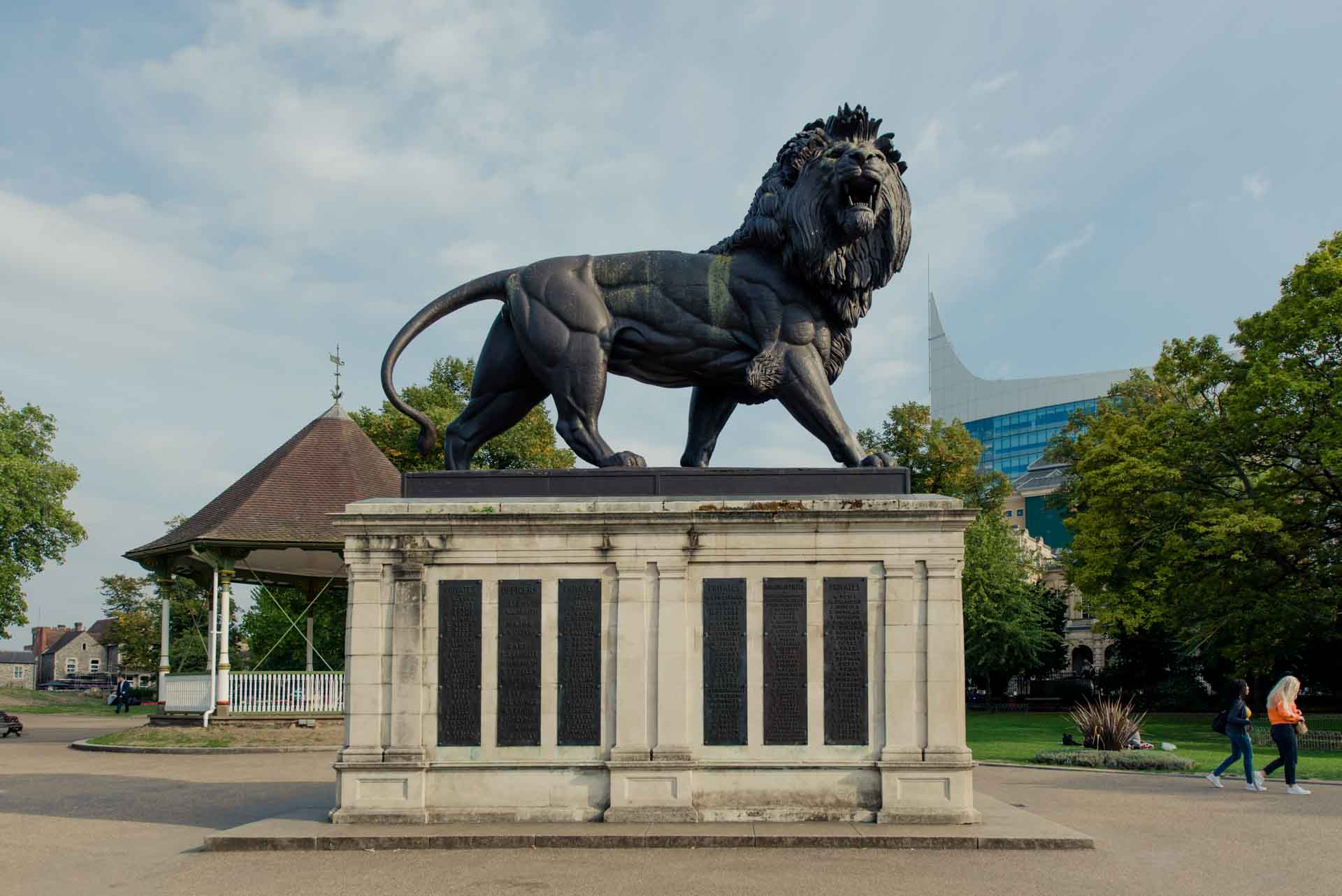 PREMIER SUITES PLUS Reading lion