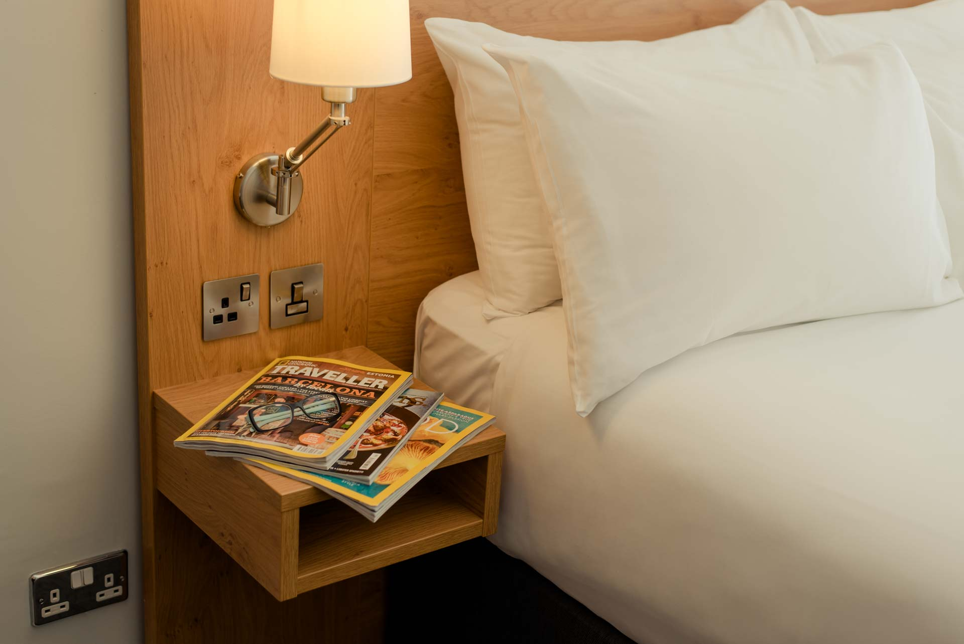 PREMIER SUITES PLUS Reading bedside table